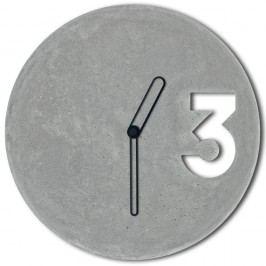 Betonové hodiny s ohraničenými černými ručičkami od Jakuba Velínského